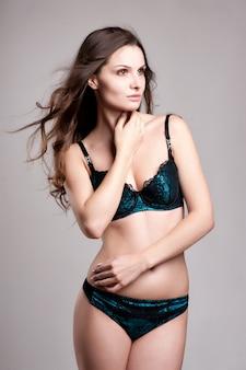 Sexy jeune femme en lingerie. douce lumière et couleurs