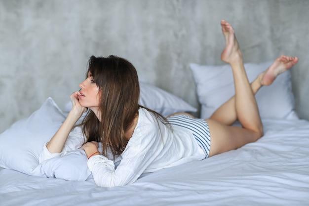 Sexy, jeune femme, poser, dans lit