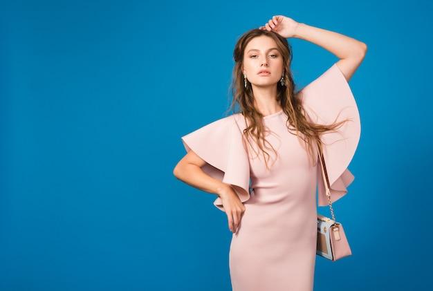 Sexy jeune femme sexy élégante en robe de luxe rose, tendance de la mode estivale, style chic, tenant un sac à main à la mode