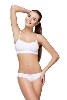 Sexy jeune fille en lingerie blanche