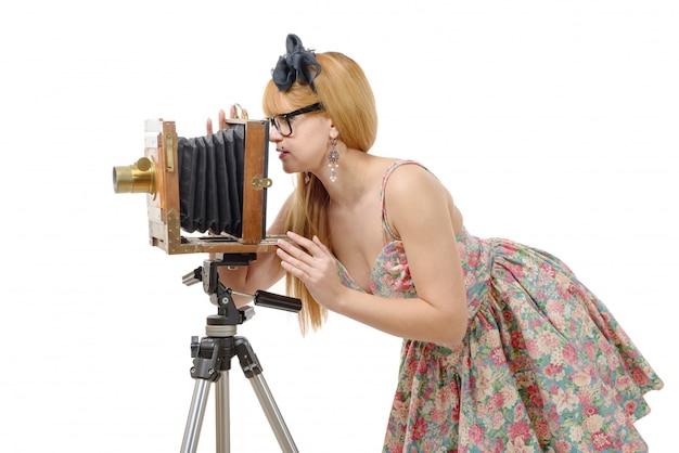 Sexy pin up femme avec un vieil appareil photo en bois