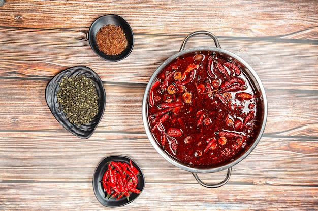 Shabu-shabu dans un pot chaud avec de la viande fraîche, des fruits de mer et des légumes