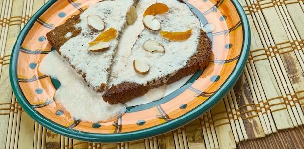 Shahi tukda - pudding de pain indien à base de sirop de safran, de cardamome et d'amandes.