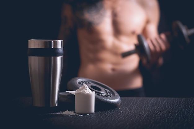 Shaker de protéines de lactosérum et haltères