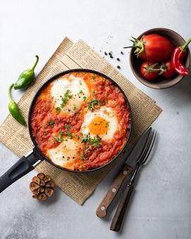 Shakshuka aux œufs au plat et légumes