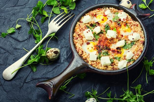 Shakshuka, cuisine israélienne,mélange de sauce tomate, frit avec piments forts, épices, viande hachée et œufs. eggsufs brouillés