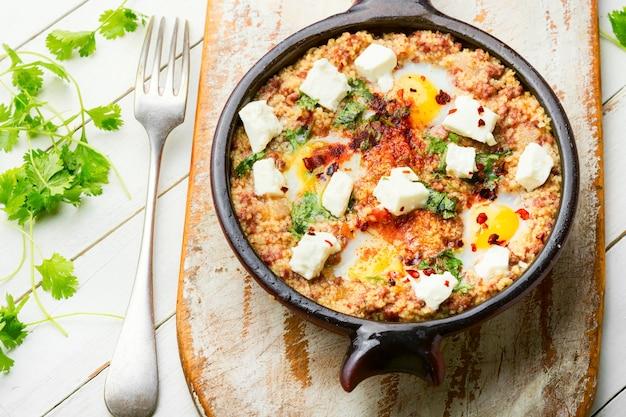 Shakshuka israélienne à base d'œufs au plat, de tomate, d'agneau haché et d'épices piquantes.