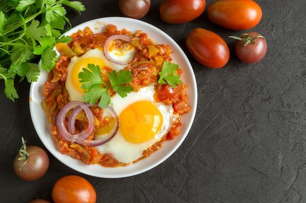 Shakshuka, un plat traditionnel israélien. œuf côté ensoleillé avec tomates cuites.