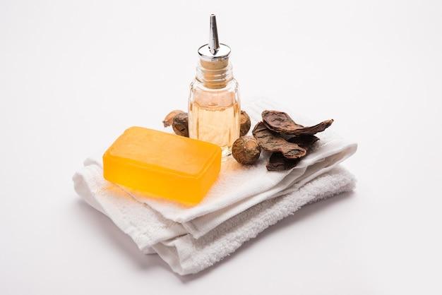 Shampooing et savon shikakai avec des ingrédients essentiels comme soapnut ou reetha, amla, lemon, oil