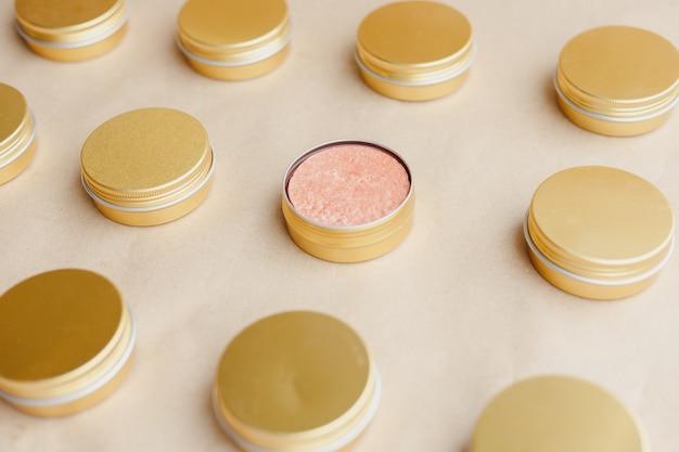 Shampooing solide naturel écologique dans des boîtes métalliques sur fond de papier. modèle. concept sans graisse animale, zéro déchet, produit sans plastique