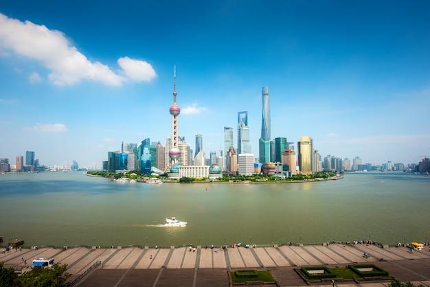 Shanghai lujiazui finance et skyline de la zone commerciale du quartier des affaires avec le navire de croisière, shanghai en chine