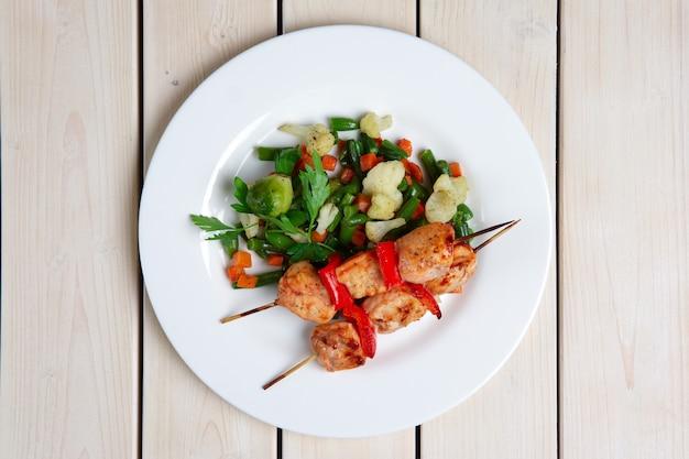 Shashlyk aux légumes rôtis