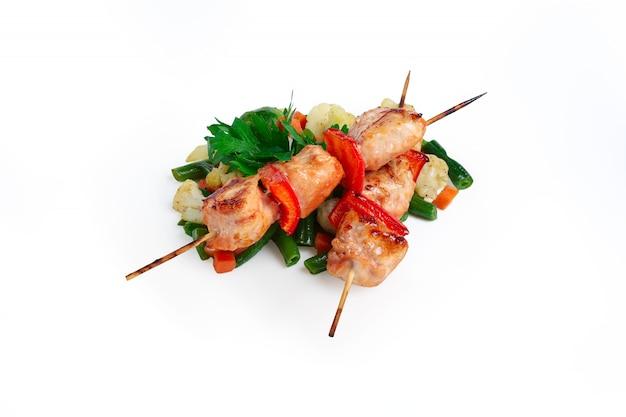 Shashlyk avec des légumes grillés isolés on white
