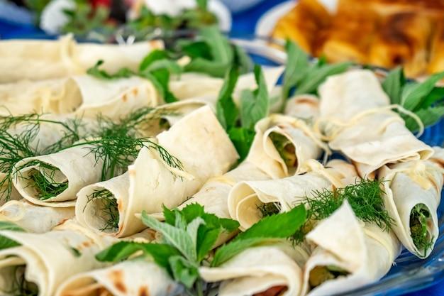 Shaurma, shaurma doner, viande aux légumes dans un gâteau au pain. restauration rapide de restaurant de concept.