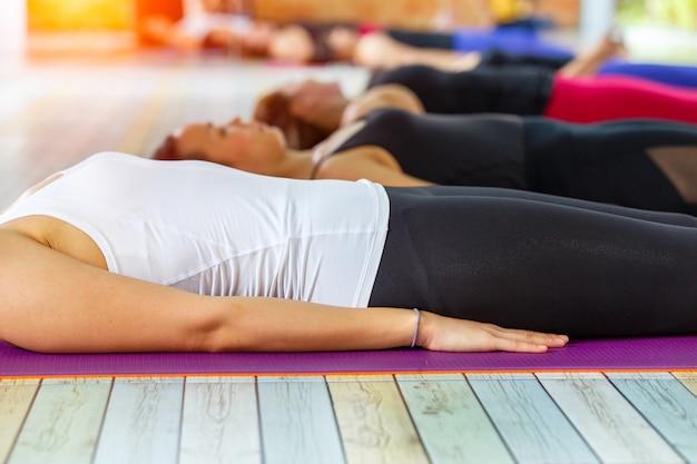 Shavasana ou corps pose est la fin d'un cours ou d'une pratique de yoga.