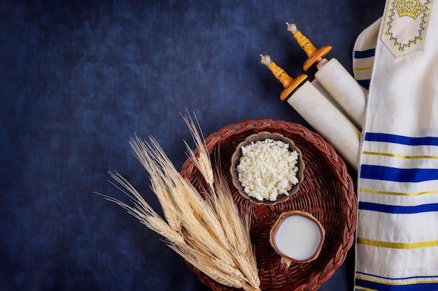 Shavuot nourriture casher produits laitiers frais lait, festival de récolte de blé de fromage cottage