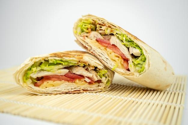 Shawarma / burrito / pita / poulet fait maison avec légumes et sauce.