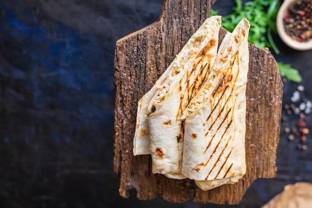Shawarma doner kebab sandwich burrito viande légumes auce tacos nourriture collation à emporter