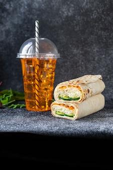 Shawarma doner kebab sandwich rouleau burrito légumes végétaliens