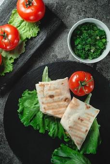 Shawarma frais diététique fait maison avec légumes verts, poitrine de poulet et tomates