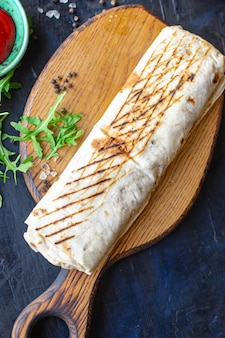 Shawarma frais rouleau sandwich légumes sauce viande poulet porc agneau boeuf taco tortilla pain plat wrap