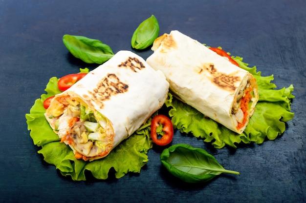 Shawarma - plat du moyen-orient à base de lavash (pita)