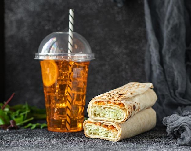 Shawarma sandwich roll ou burrito viande légumes doner kebab sauce tacos repas hebdomadaire