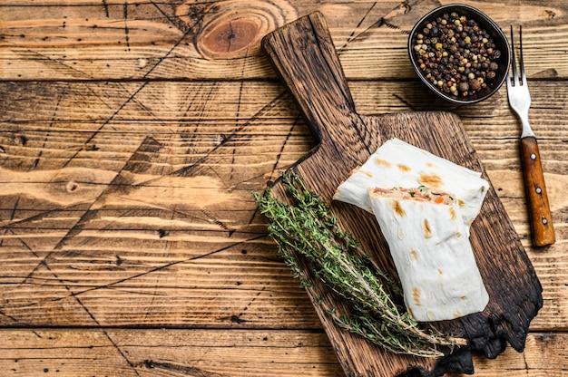 Shawarma sandwich roulé de poulet au bœuf lavash et champignons fromage