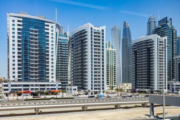 Sheikh zayed road aux beaux jours de dubaï émirats arabes unis