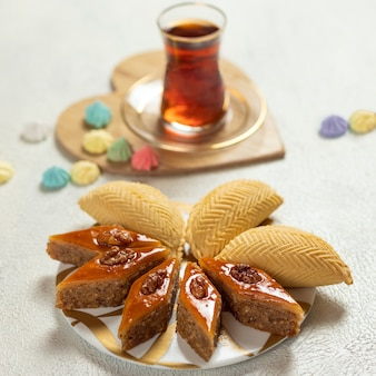 Shekerbura, cuisine nationale azerbaïdjanaise avec baklava close up