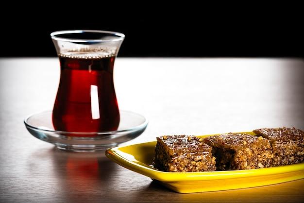 Sheki halva sur une assiette. bonbons orientaux