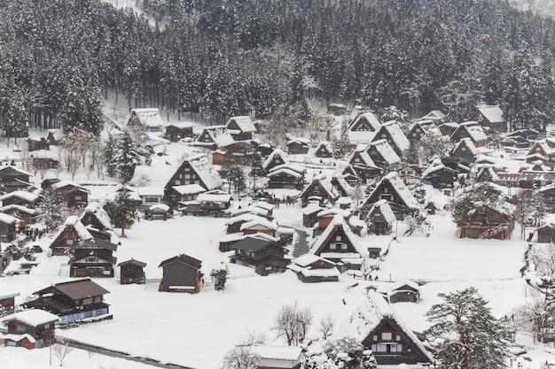 Shirakawago village avec des chutes de neige en hiver