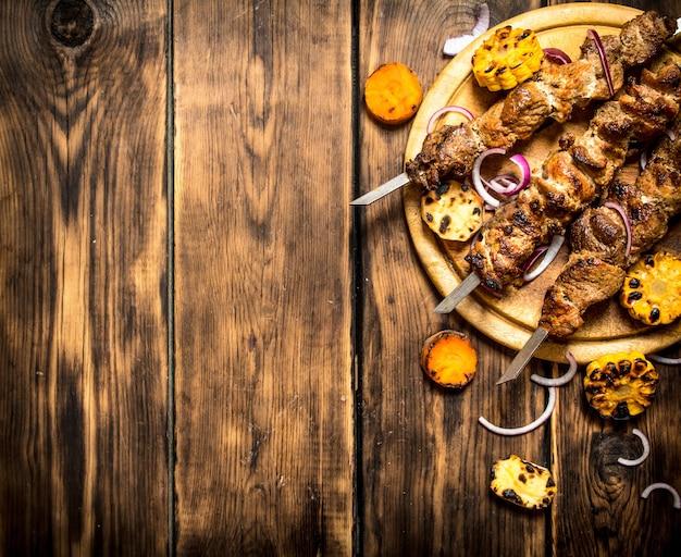 Shish kebab aux légumes grillés. sur fond en bois.