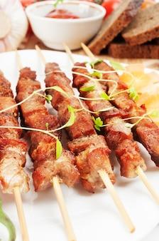 Shish kebab sur bâtonnets de bambou, parfumé aux herbes