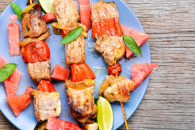 Shish kebab avec garniture de melon d'eau