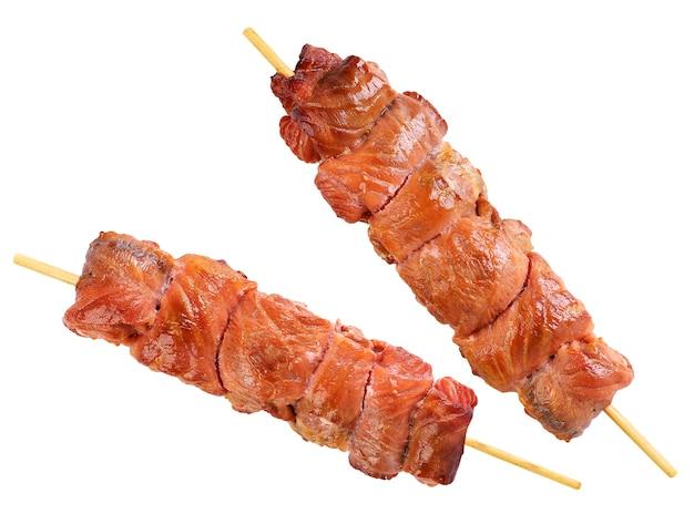 Shish kebab de gros plan de poisson saumon sur fond blanc. isolé