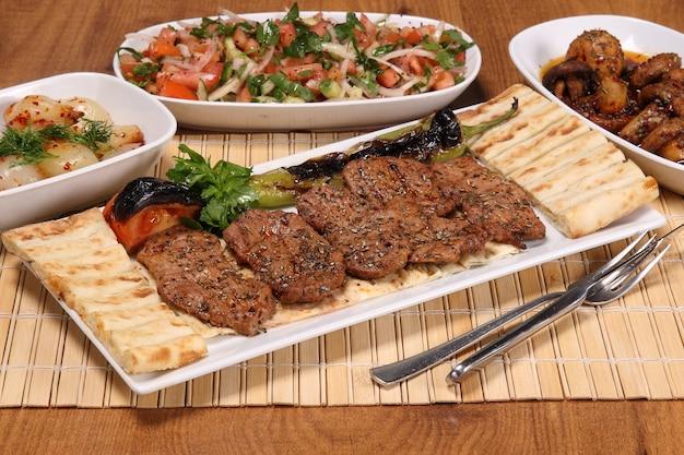 Shish kebab ou kebap grillé traditionnel turc délicieux kebab d'adana dans le restaurant turc