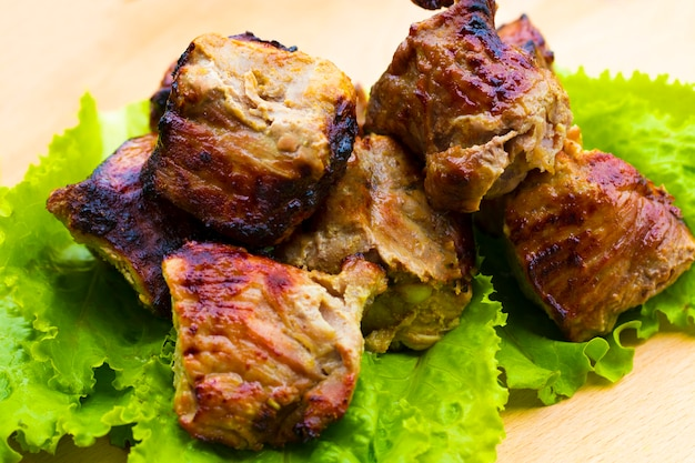 Shish kebab de porc sur une table en bois.