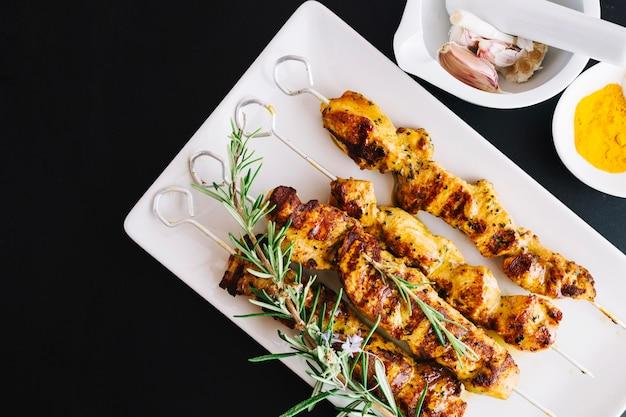 Shish kebab et romarin sur la plaque