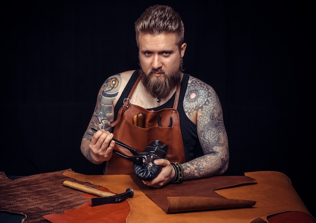 Shoemaker fabrique des chaussures artisanales avec de vieux outils pour le travail du cuir