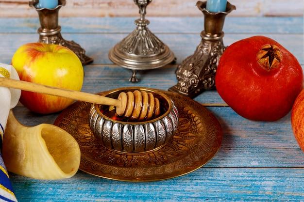 Shofar et tallit avec pot de miel et fruits