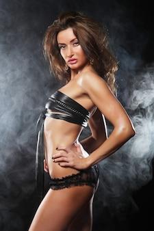 Shooting de mode d'une jeune danseuse de strip-tease sexy
