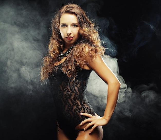 Shooting de mode d'une jeune danseuse de strip-tease