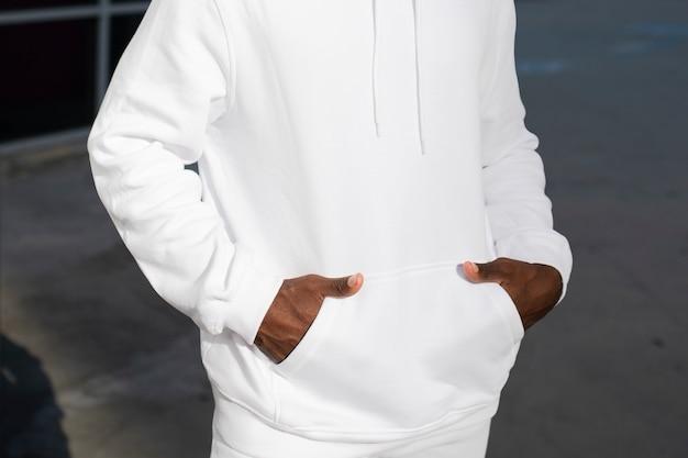 Shooting de mode pour hommes de style streetwear à capuche à la mode blanc