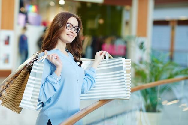 Shopaholic dans le centre commercial
