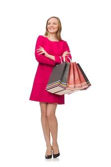 Shopper fille en robe rose tenant des sacs en plastique isolés