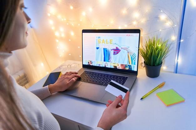 Shopper shopaholic shopping en ligne et paiement des marchandises et des achats par carte de crédit