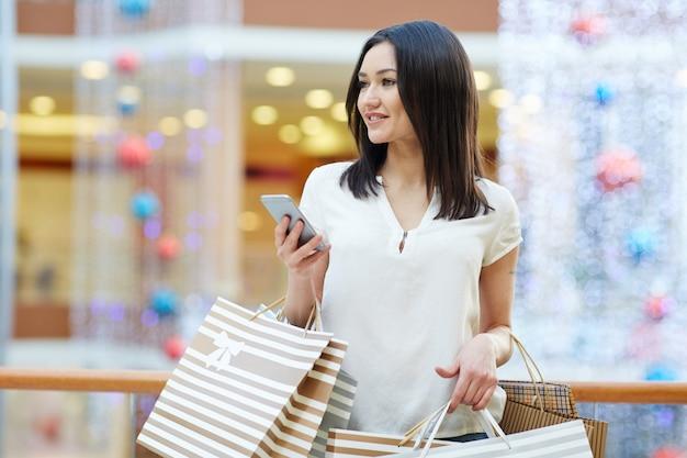 Shopper avec smartphone