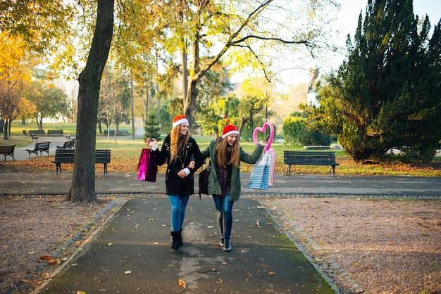 Shoppers bonheur dans le parc