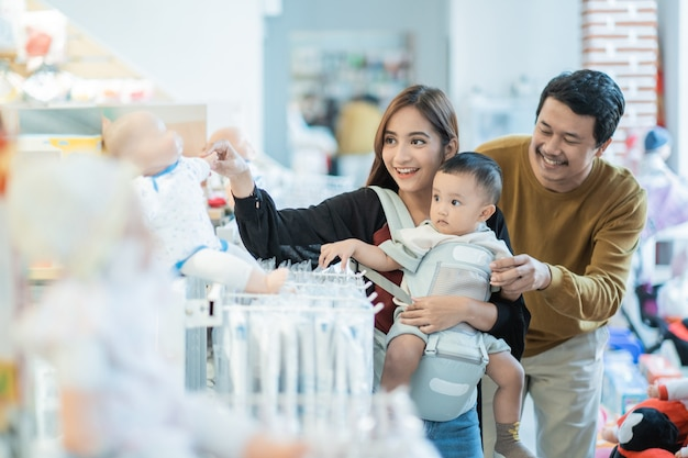 Shopping avec bébé dans le magasin
